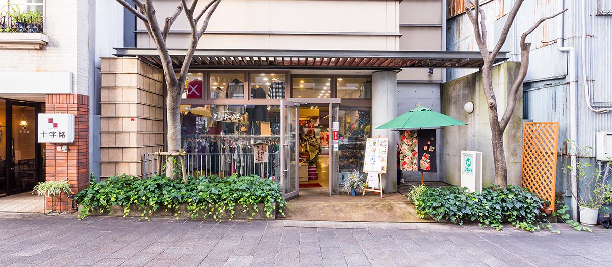 木のアーケードのあるはりまや橋商店街、中央付近にコマドリのお店があります。