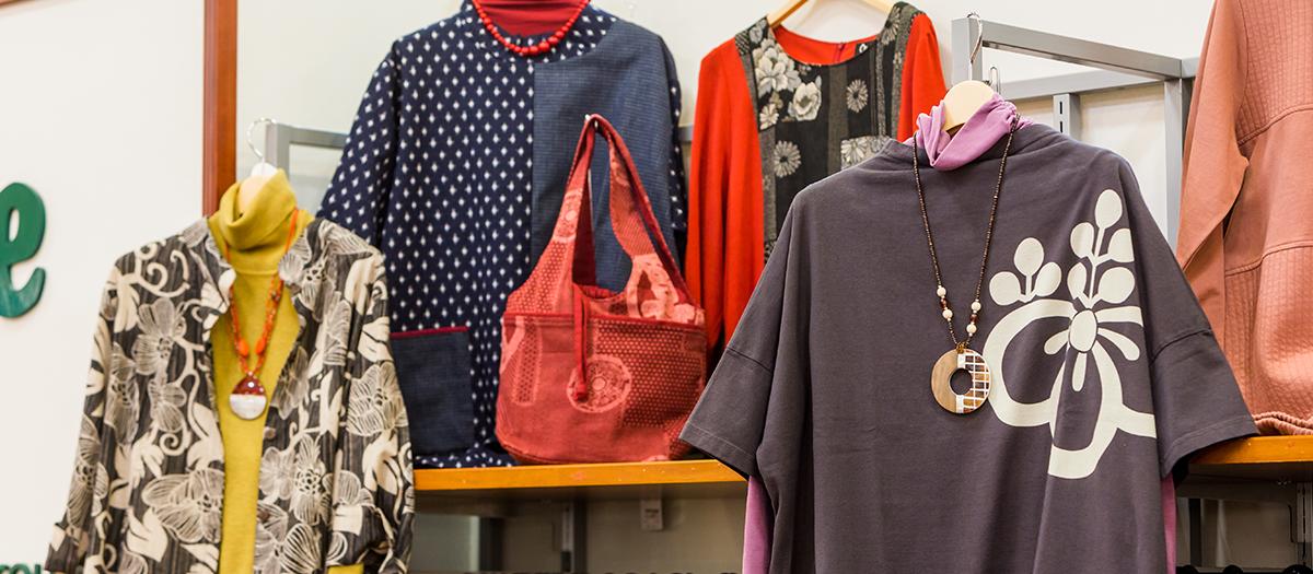 他店にはない個性的なデザインの和柄も数多く取り揃えた県内でも珍しいお店です。 チュニックやワンピース、羽織物、パンツ、バッグまでトータルで日本古来の和の装いが楽しめます。