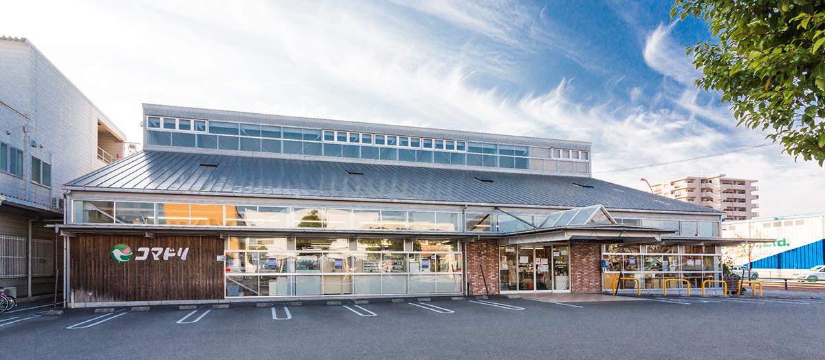 大型駐車場完備でラクラクお買い物。卸団地には、家具屋さん、パン屋さん、洋服屋さんなどがあり、ご家族でのお買い物にぴったり。