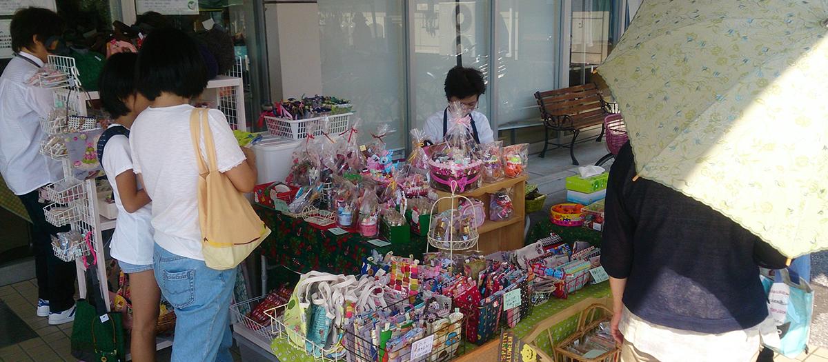 手作り作家さんたちによるハンドメイドマーケットを年2回開催しています。