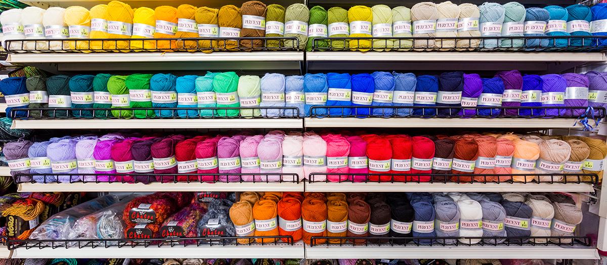 毛糸コーナーでは、手編み作品が充実しており、編みたくなるものが必ず見つかるはず!