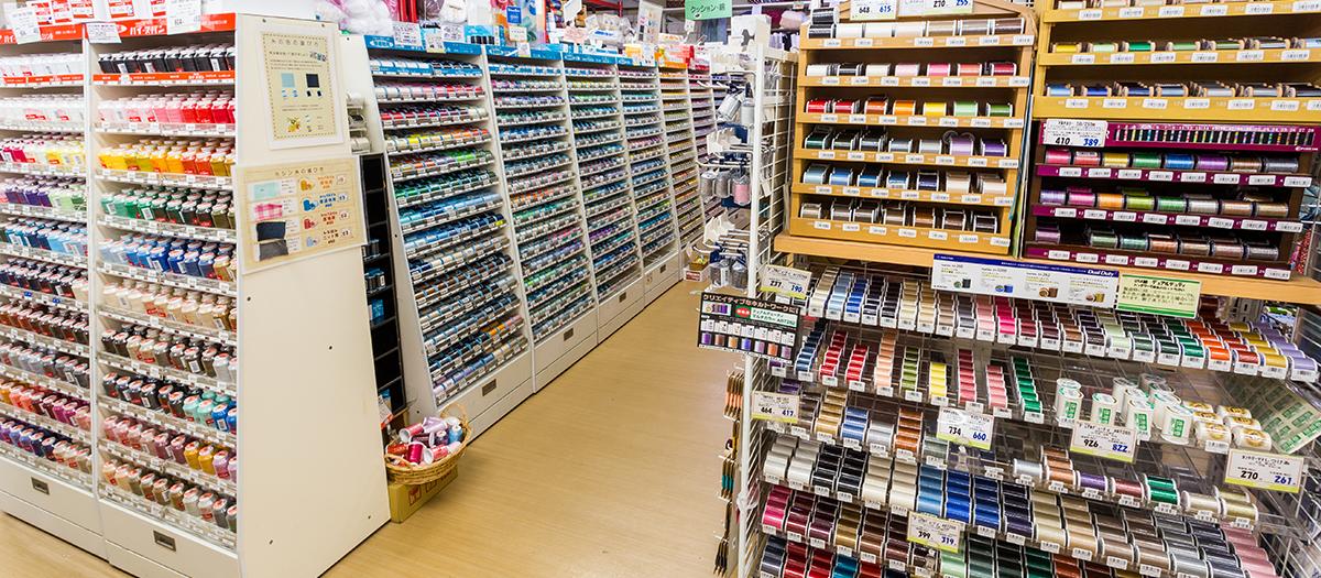 縫い糸の豊富さに自信あり!欲しい材料や商品があれば、スタッフに相談してみてください。